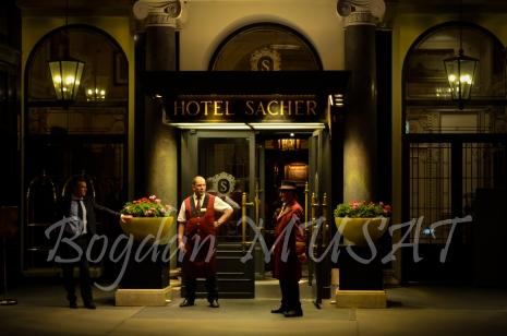 Asteptand oaspetii la Hotel Sacher